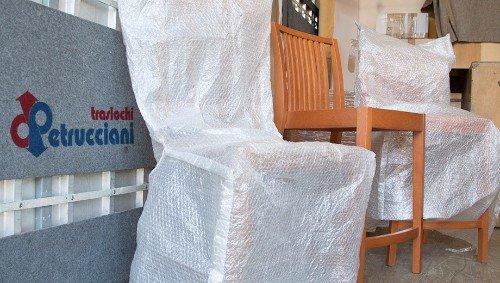 sedie imballate dalla ditta di traslochi