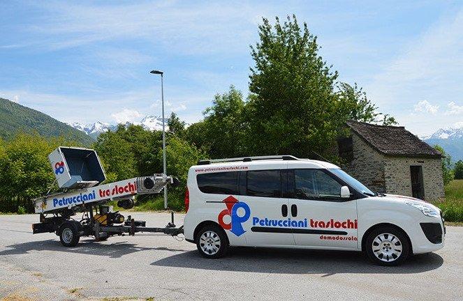 furgone della ditta di traslochi con logo
