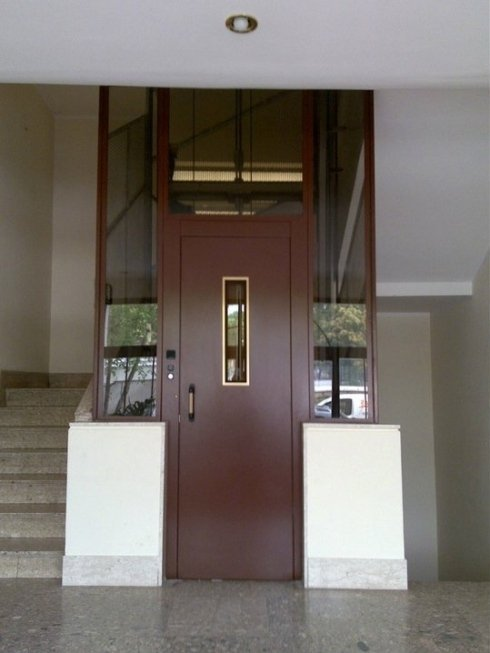 Porta e vano sostituiti in ferro e vetro visarm di sicurezza
