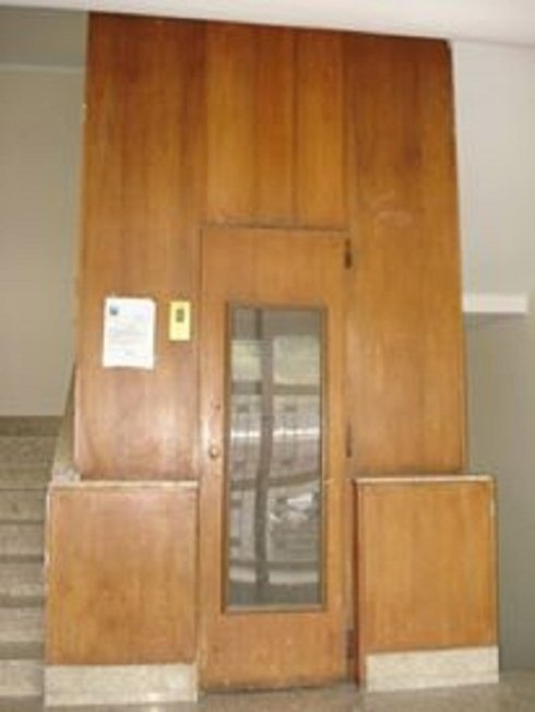 Porta e vano rivestiti in finto legno