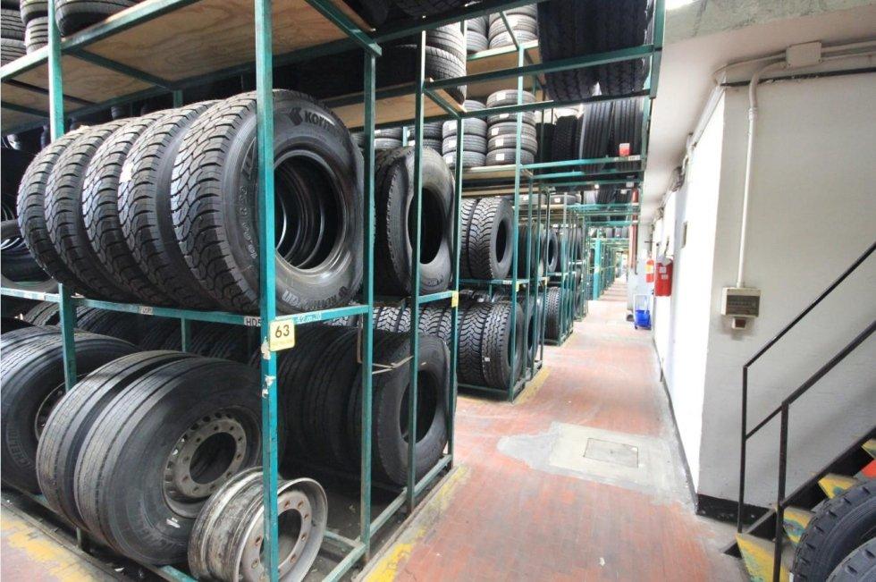 Ampio magazzino pneumatici autocarro  Zancolli Euromaster Santo Stefano di Magra sp