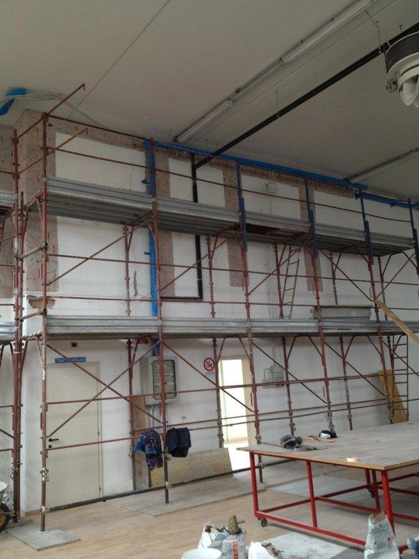 Intervento antiribaltamento muratura interna: rimozione intonaco per applicazione di fibre PBO sistema FRCM