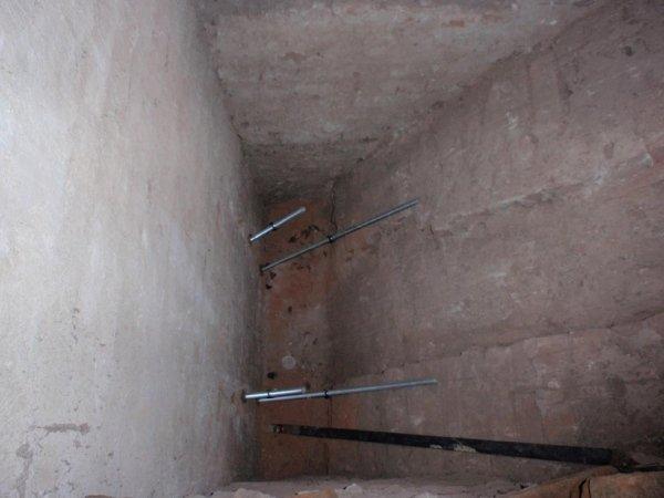 particolare fissaggio piastra di ancoraggio travi cassone alla muratura