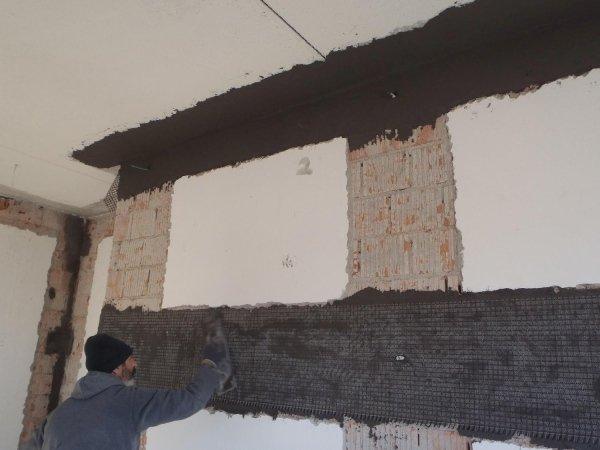 Intervento antiribaltamento muratura interna: posizionamento striscia rete in PBO sistema FRCM