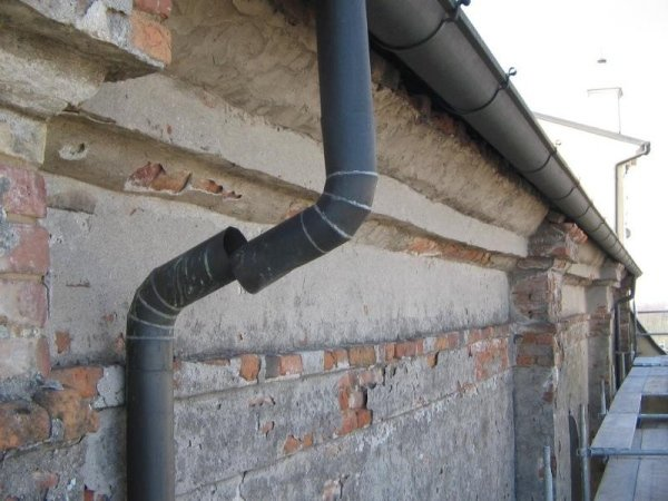 east side gutter showing plaster spalling loose drainpipe