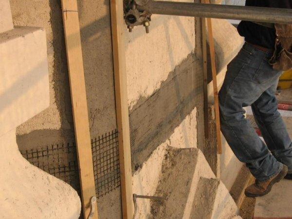 Application of a PBO fibre strip on the perimeter of the bell tower dome