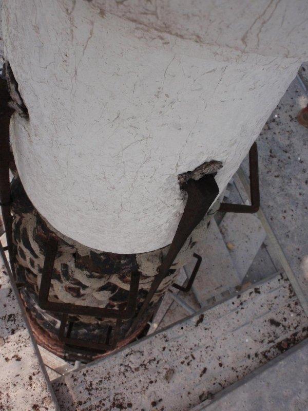 Particolare guglia campanile con graffe ed elementi di collegamento