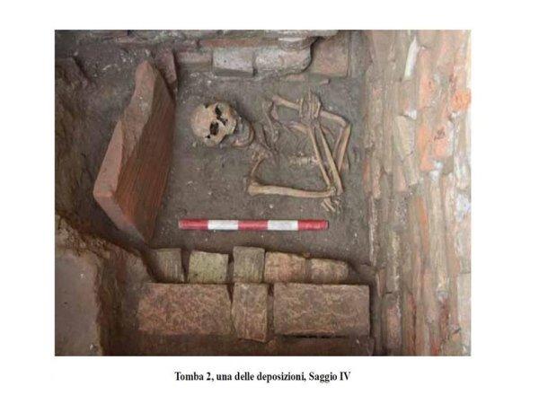 indagini archeologiche: ritrovamento di una tomba