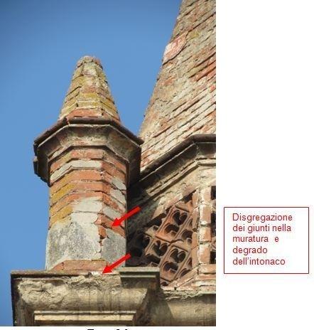 Particolare colonnetta con degrado della muratura ed intonaco