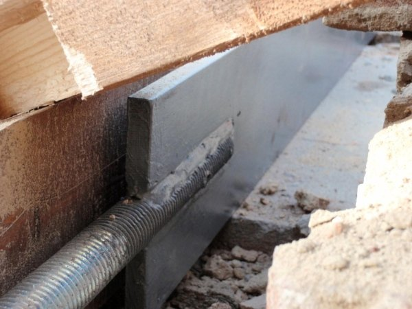 positioning metal band fixed to the joists' wooden sleeper