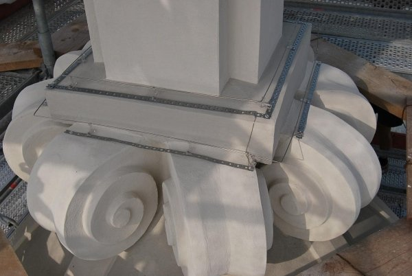 particolare decori alla base guglia cupola con fissato impianto anti piccioni