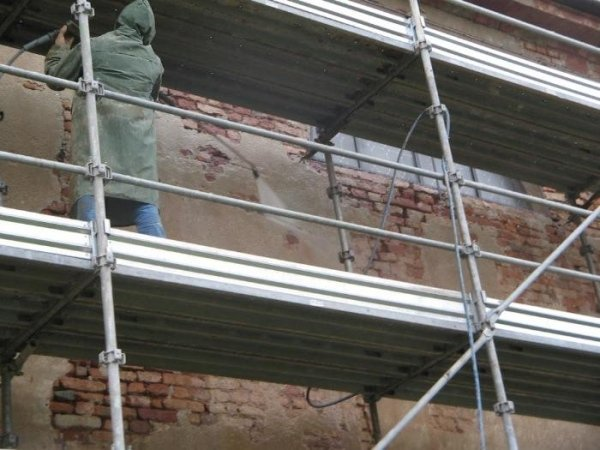 masonry cleaning with a pressure washer