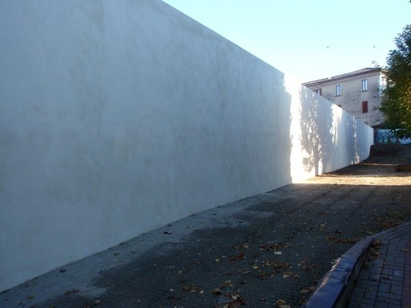 Retaining wall facing the inner courtyard in front of the Mary Immaculate kindergarten - plastered and completed