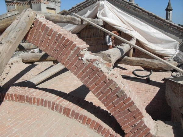 Ist works stage: apse coverage -cleaning vault and arch extrados
