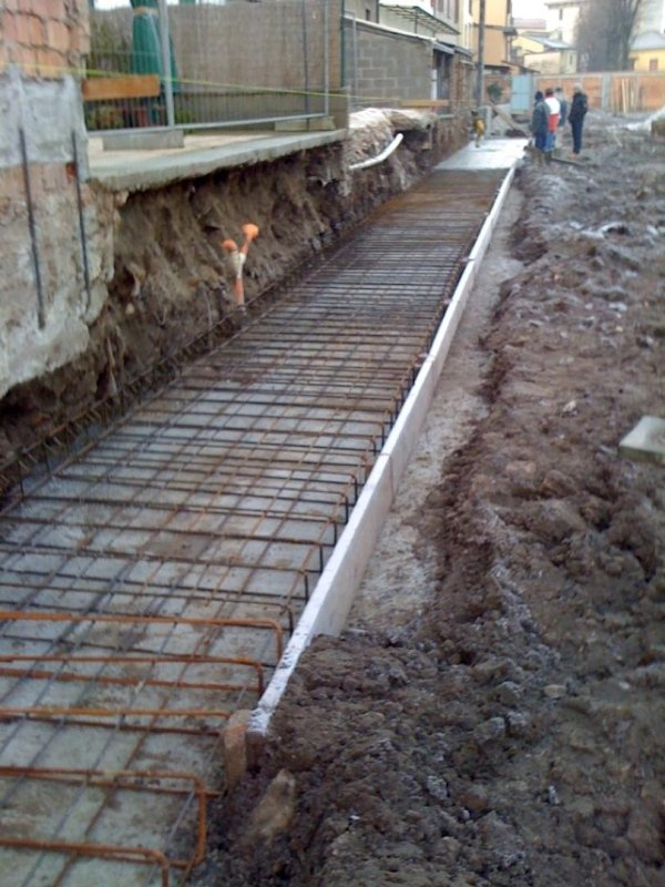 Execution of retaining wall surface finishing with exposed face at the Via San Francesco side