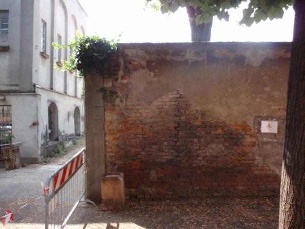 Retaining wall along Via San Francesco d'Assisi with evident lesion