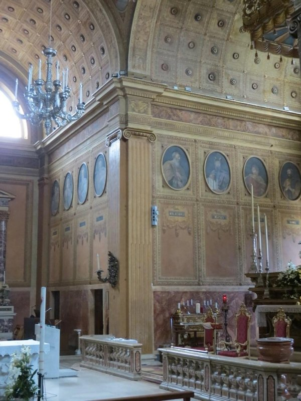 view of central nave corner with plates