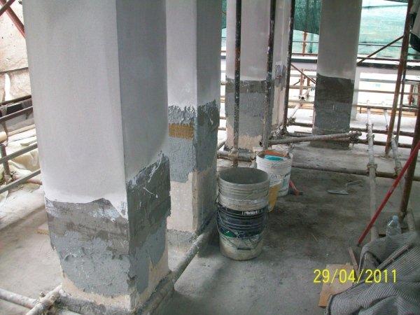 applicazione di intonaco premiscelato sul pilastro consolidato