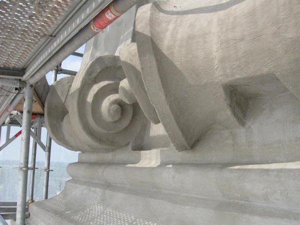 particolare fregio in cemento ripristinato