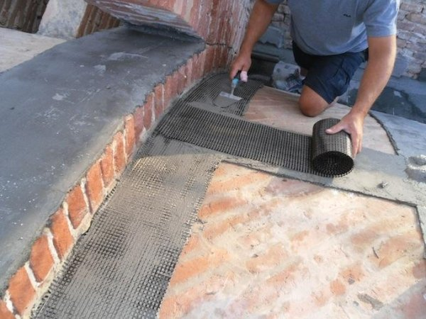 apse vault: laying PBO fibre reinforcement with the FRCM system