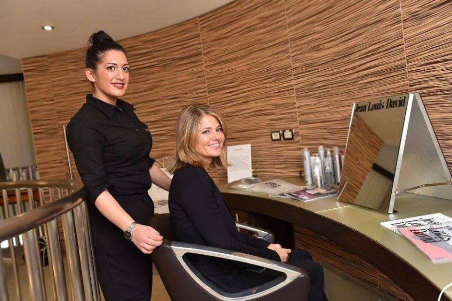 parrucchiera e cliente all'interno del salone
