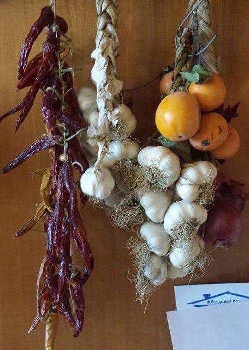 Peperoncino,aglio,cipolla e frutta