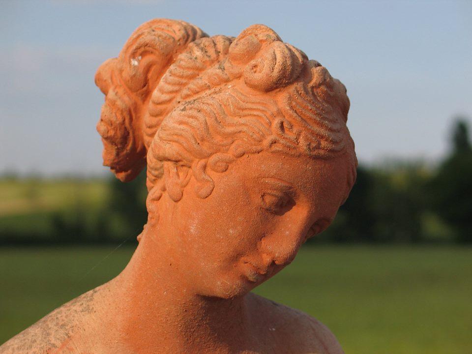 statua di donna in terracotta