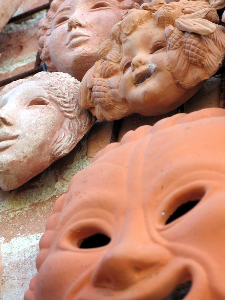 maschere in terracotta