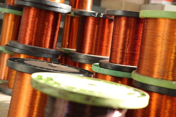 dei fili di rame arrotolati su dei ronchetti