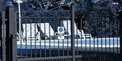 vista di un cancello in ferro di color nero