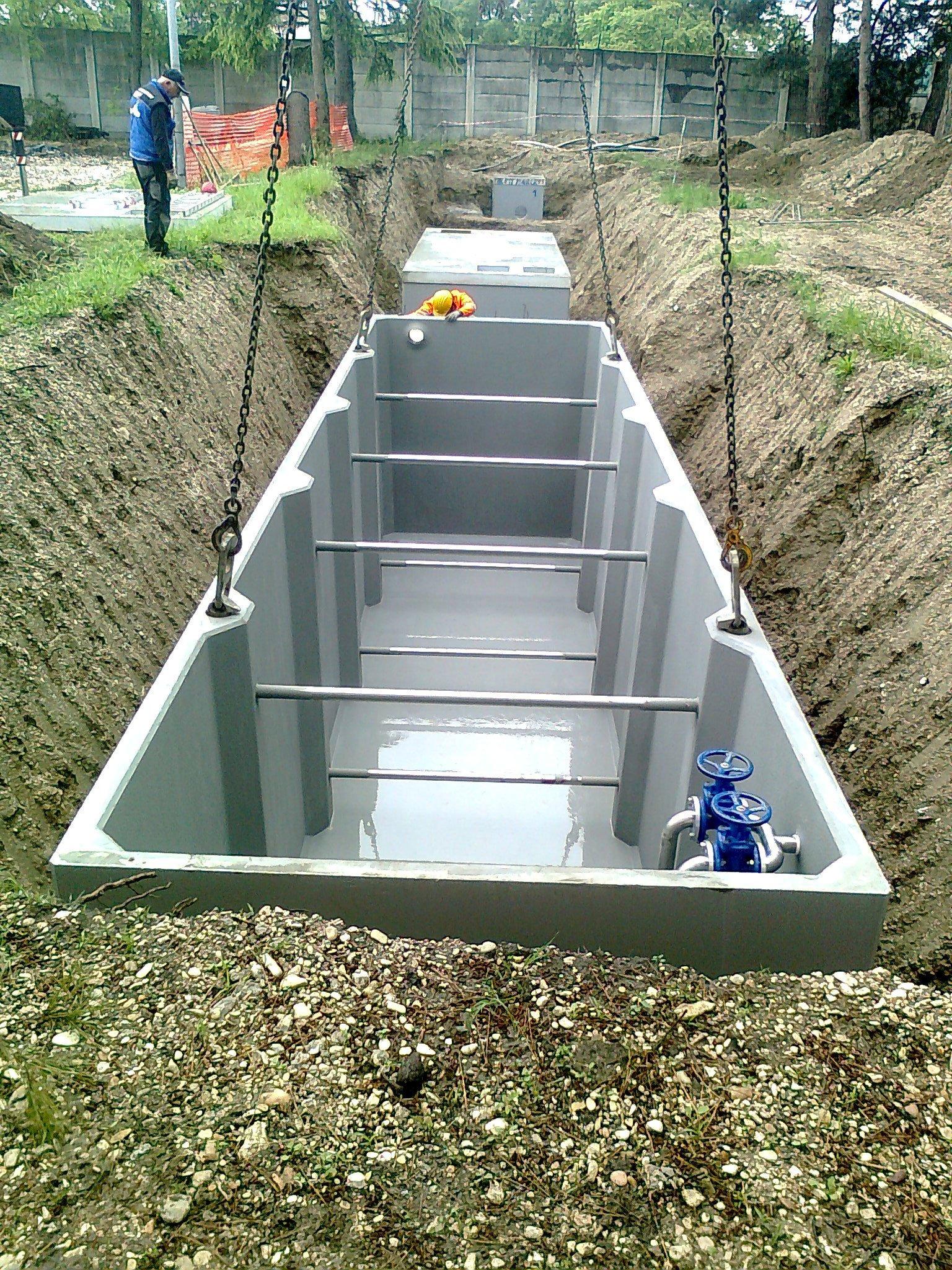 Un container bianco in un terreno scavato