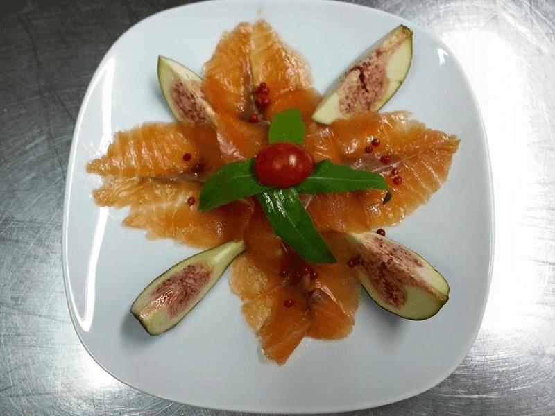 Petali di salmone con spicchi di fiorone rucola ed emulsione di salsa limoncella al fiorone