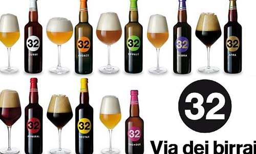 Otto bottiglie diverse di birra del marchio 32