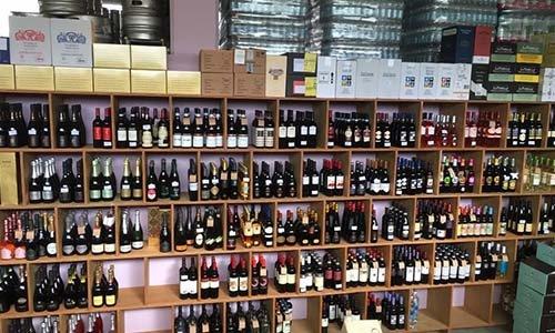 Vista parziale del business cui si può vedere una varietà stupefacente di vini