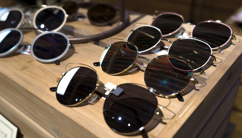 esposizione di occhiali da sole