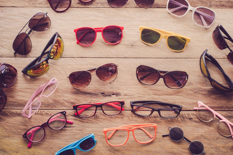 assortimento occhiali da sole e da vista di diverso colore e montatura