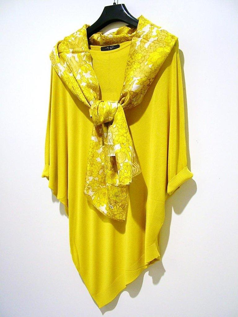 maglia gialla con punte e foulard