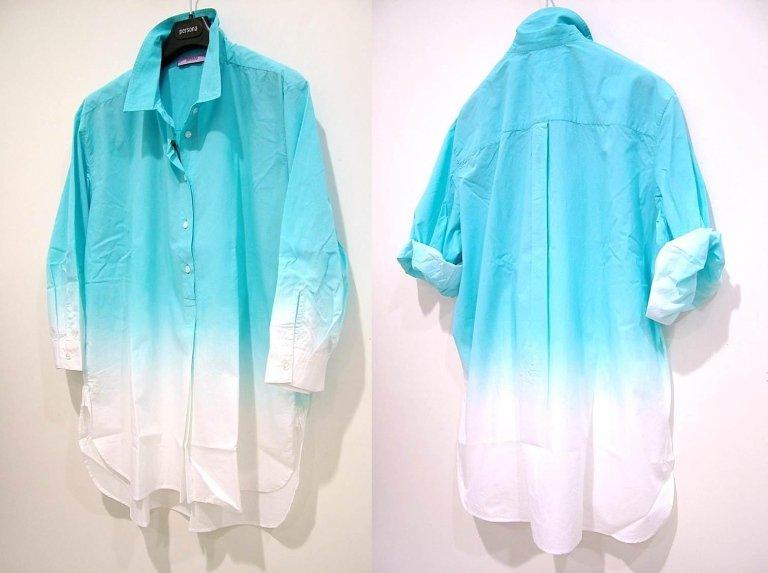 camicia azzurra e bianca