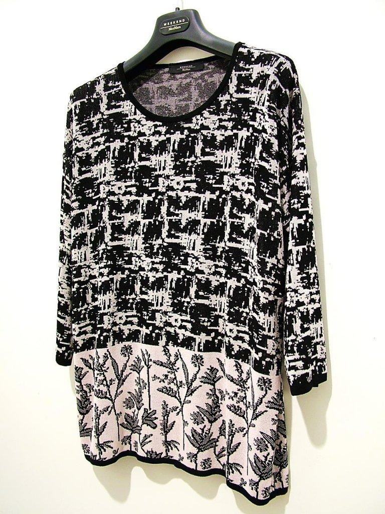 maglia bianca con stampe nere in rilievo