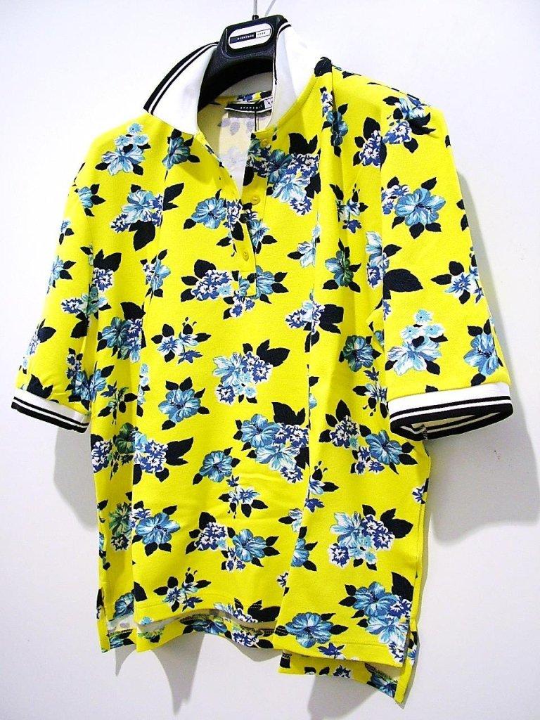 t-shirt gialla con fiori blu