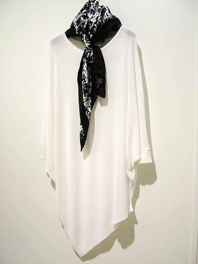 maglia bianca con punte e foulard