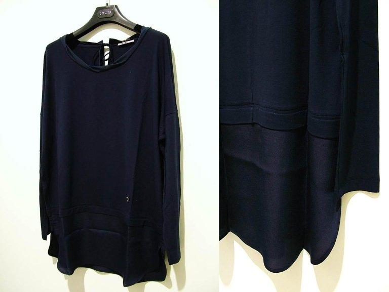 maglia blu con scollo morbido