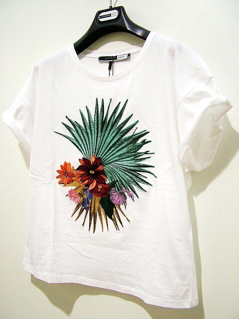 t-shirt bianca con disegno colorato