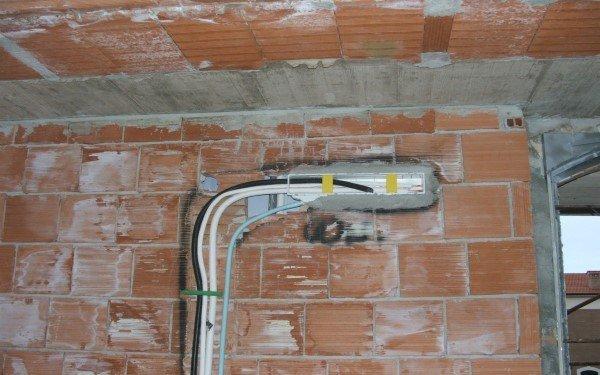 tubi incassati alla parete durante la fase di costruzione a rosignano