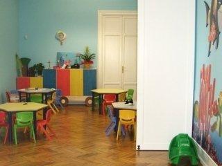 Lo spazio che accoglie i bambini è colorato e arricchito con dipinti del celebre cartone animato Nemo.