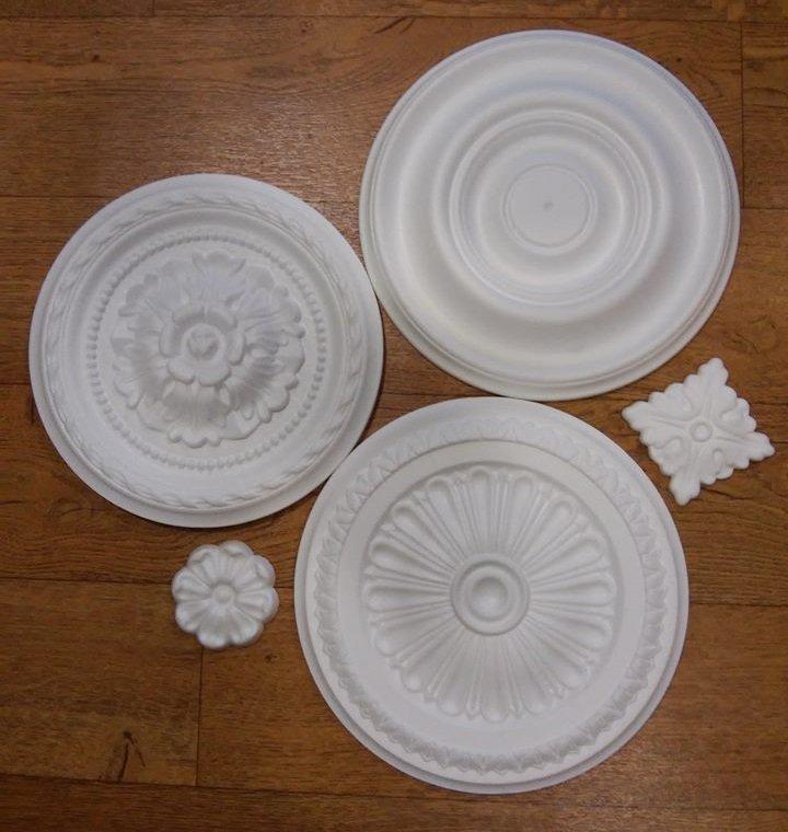decorazioni in stucco bianche su tavolo