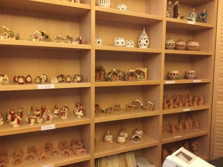 Vista della scaffale piena da portacandele e statuine