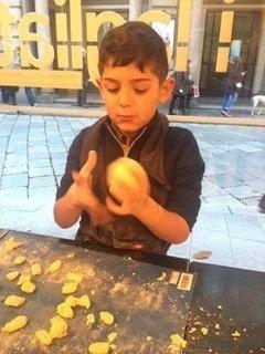 un bambino che lavora con un impasto