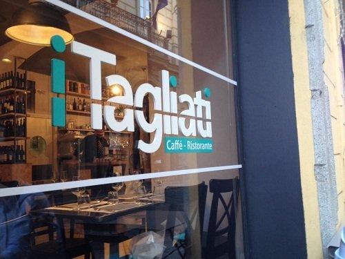 una vetrata con scritto I tagliati Caffe'-Ristorante