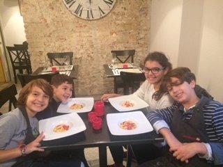 delle bambine sedute al tavolo